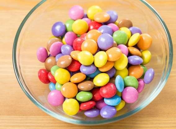 در زمان بیماری آبنبات و شکلاتهای رنگی و مصنوعی نخوریم